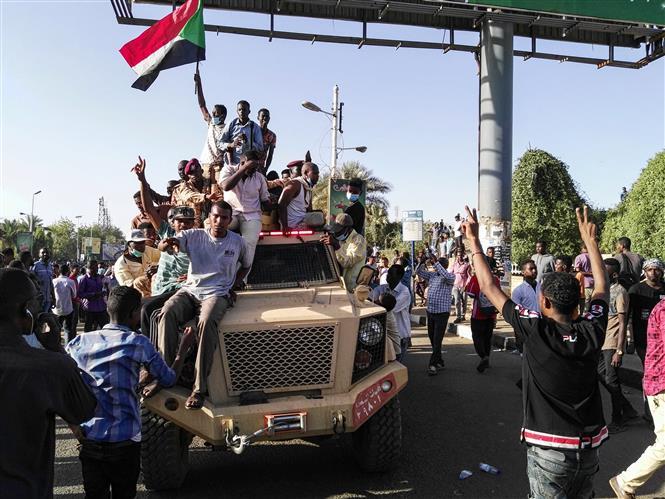Người biểu tình tập trung tại Khartoum, Sudan, ngày 7/4/2019. Ảnh: AFP/ TTXVN