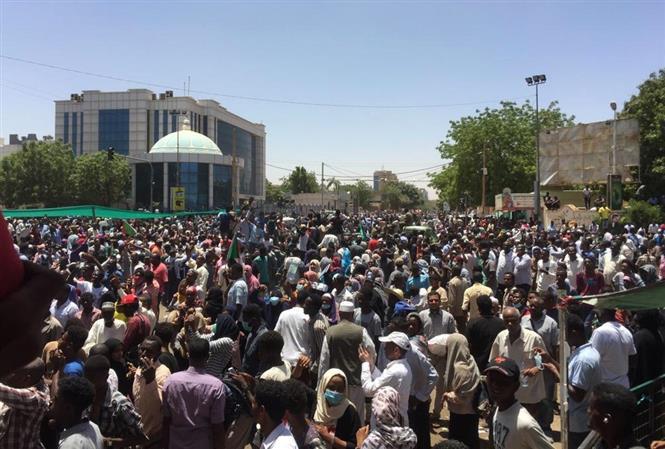 Người biểu tình tập trung tại Khartoum, Sudan, ngày 8/4/2019. Ảnh: AFP/ TTXVN