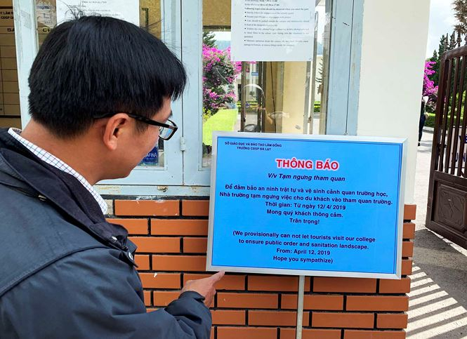 Bảng thông báo tạm ngưng cho khách tham quan trước cổng trường
