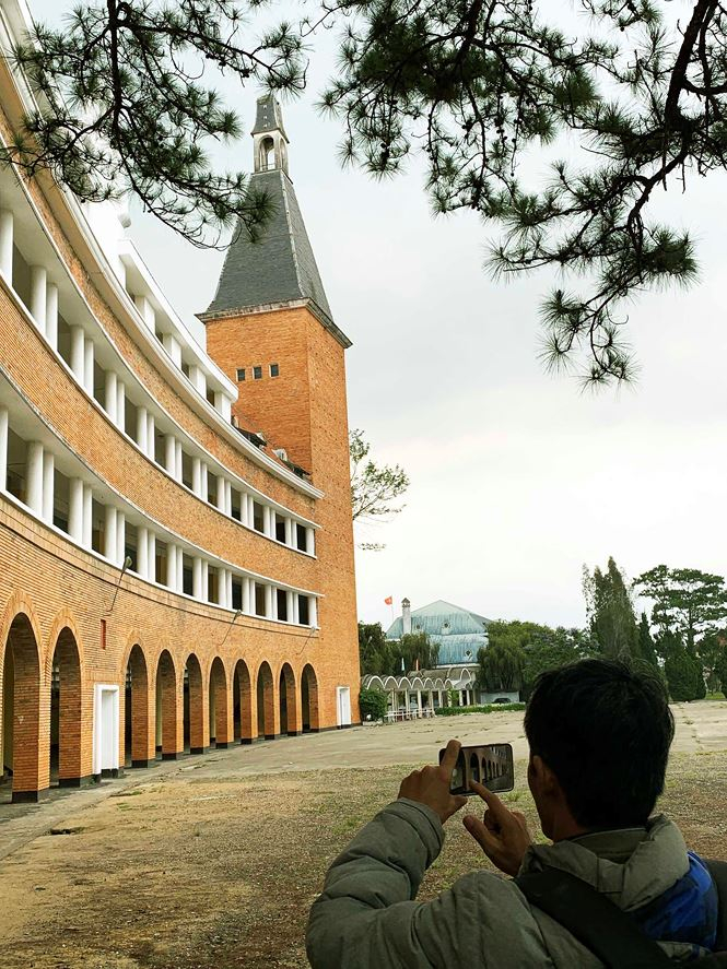 Nhiều người thích tham quan, chụp ảnh ngôi trường này
