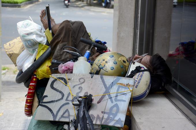 Ở TP HCM nắng nóng kéo dài 10 ngày qua khiến người dân mệt mỏi mỗi khi ra đường