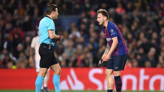 Rakitic phản đối trọng tài khi Barcelona không được hưởng phạt đền