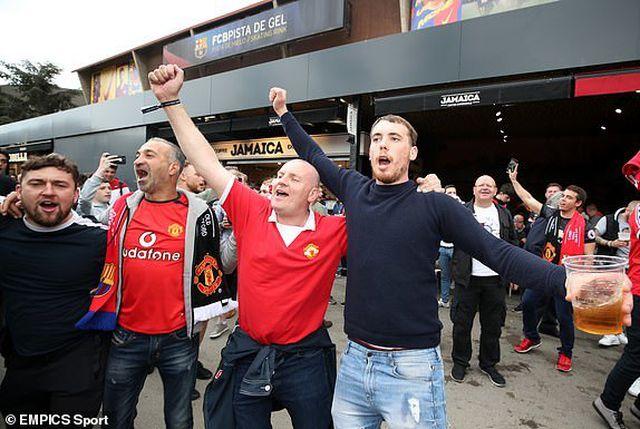 Cổ động viên Man Utd tin tưởng vào cuộc lội ngược dòng ở Nou Camp