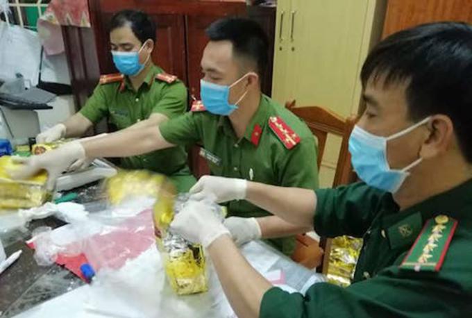 Lực lượng Bộ đội Biên phòng và Công an Nghệ An đang kiểm tra ma túy