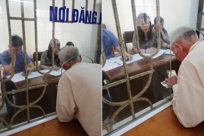 Người dân phải chui qua cái lỗ kính nhỏ để làm việc với cán bộ.