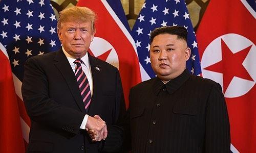 Tổng thống Mỹ Trump (trái) và lãnh đạo Triều Tiên Kim Jong-un tại Hà Nội ngày 27/2. Ảnh: AFP/VnE