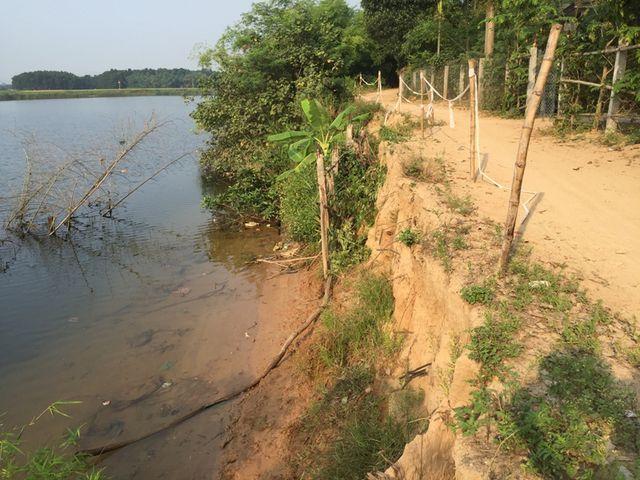Đặc biệt, vào mùa mưa lũ năm 2018, đoạn sông này bị sạt lở nặng. Rất nhiều khối đất cát, cây cối dọc bờ sông bị nước cuốn xuống sông. Những cây cổ thụ dọc bờ sông cũng bị cuốn ra giữa dòng.
