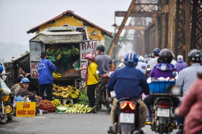 Tuy nhiên, nạn họp chợ trên cầu từ lâu vẫn diễn ra phổ biến. Tại những đoạn làn đường mở rộng ở cả hai hướng, các hàng bán hoa quả bày đầy hàng ra bán. Chỉ cần một người dừng lại mua, phía sau sẽ ùn ứ.