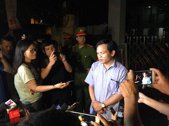 Cục trưởng Cục Quản lý chất lượng, Bộ GD&ĐT trao đổi với báo chí giữa đêm khi những tiêu cực tại Sơn La bắt đầu lộ diện vào tháng 7/2018 ảnh: Nghiêm Huê