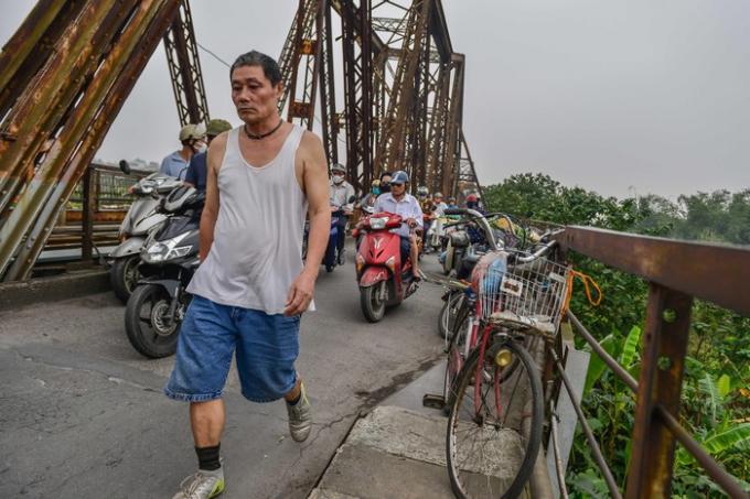 Không bày hàng thì để xe đạp. Đó là lý do người đi bộ buộc phải lưu thông dưới lòng đường cùng xe máy.