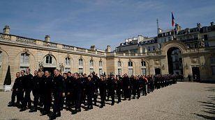Những người lính cứu hỏa tham gia chữa cháy Nhà thờ Đức Bà Paris tham gia lễ vinh danh