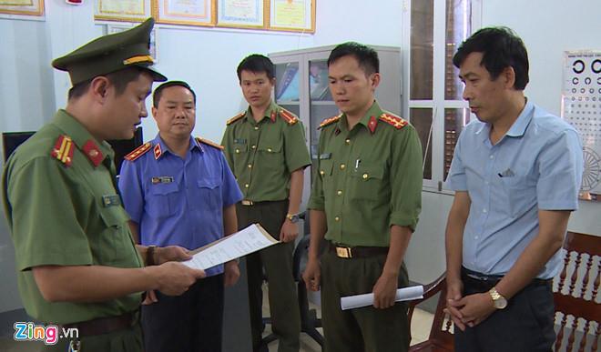 Ông Đặng Hữu Thủy (phải),Hiệu phó trường THPT Tô Hiệu, TP Sơn La, là một trong 3 bị can bị tạm giam. Ảnh:Hoàng Minh.