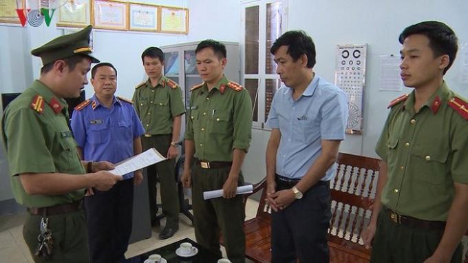 Khởi tố bị can và ra lệnh bắt bị can để tạm giam đối với Đặng Hữu Thủy, SN 1964, Phó Hiệu trưởng trường PTTH Tô Hiệu, ủy viên tổ chấm thi trắc nghiệm.