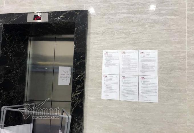 Thông báo về sự xuất hiện của kẻ sàm sỡ nữ sinh trong thang máy được dán tại nhiều vị trí trong chung cư