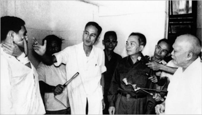Giáo sư Nguyễn Huy Phan báo cáo phương pháp tạo hình nhân một trường hợp thương binh nặng với Đại tướng Võ Nguyên Giáp và Bác Tôn Đức Thắng, ngày 27/7/1974. (Ảnh TL/ Toquoc.vn)