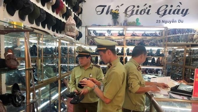 Cục QLTT Lạng Sơn kiểm tra một cửa hàng giày sử dụng facebook để bán hàng