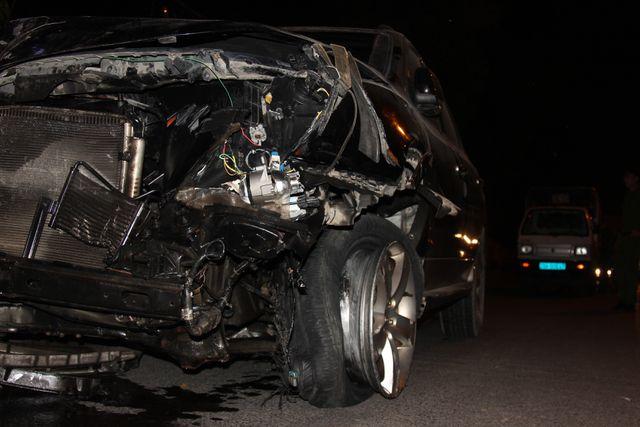 """Sau khi """"hạ gục"""" hàng loạt phương tiện, phần đầu của chiếc xe ô tô bị biến dạng hoàn toàn (Ảnh: Nguyễn Trường)."""