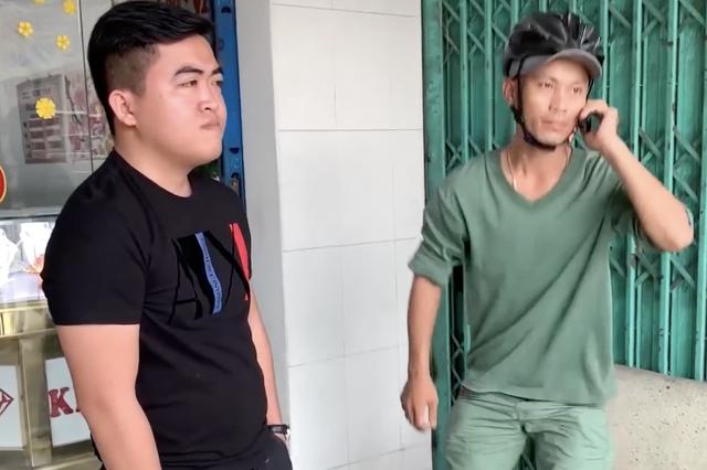 Nam thanh niên (áo xanh) bị cho là ghi hình người vi phạm giao thông để báo cho CSGT.