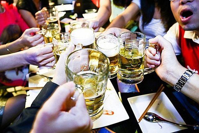 Mỗi người Việt trưởng thành tiêu thụ đến 470 chai bia một năm.