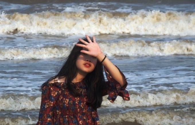 Du khách tạo dáng chụp hình trên bãi biển