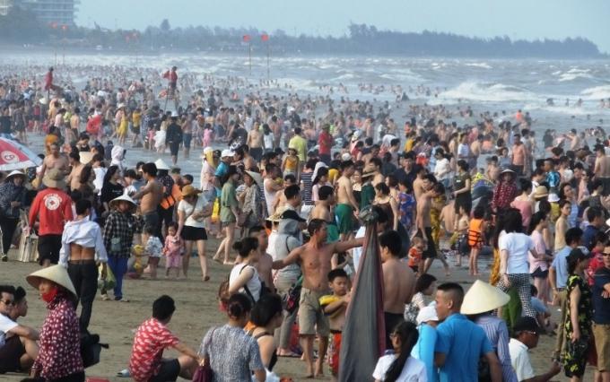Càng về chiều lượng khách xuống biển càng đông
