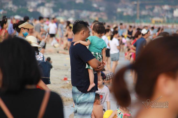 Hàng vạn người chen nhau chỗ đứng ở biển Sầm Sơn