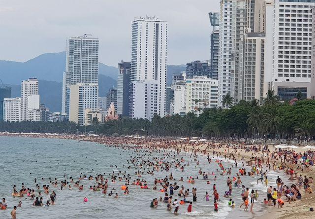 Nha Trang với lợi thế về biển đảo, bãi biển hình vòng cung đẹp mắt luôn là lựa chọn của nhiều du khách trong các dịp lễ lớn