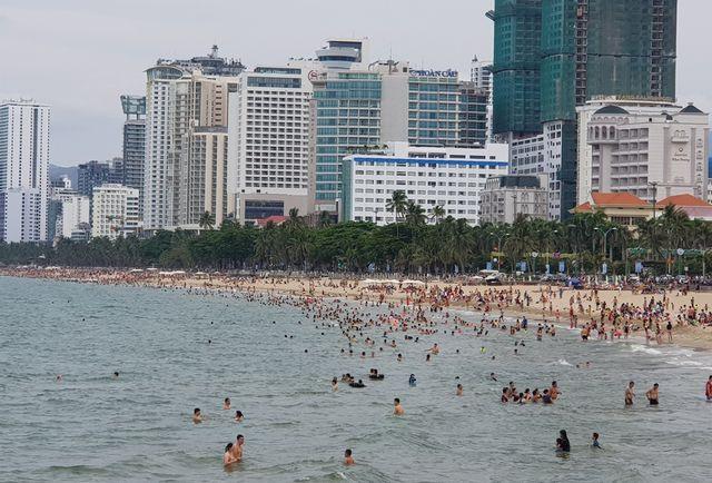 Bãi biển phía đông đường Trần Phú, TP Nha Trang với dòng người tắm biển kéo dài hàng cây số