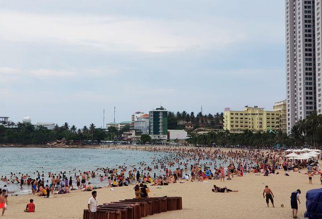 Một góc bãi biển Phạm Văn Đồng, TP Nha Trang đông kín người trong chiều 28/4