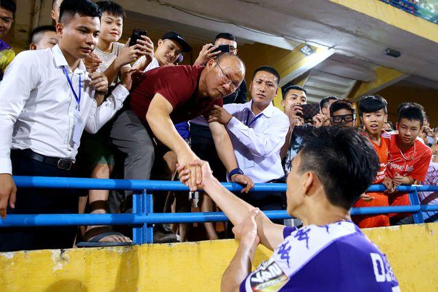Thầy Park có mặt ở sân Hàng Đẫy ở trận CLB Hà Nội thắng TPHCM ngày 27/4 - Ảnh: Gia Hưng