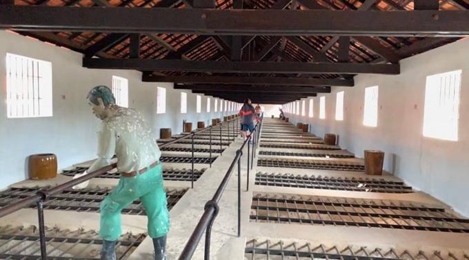Trại giam Phú Hải, mỗi một cọp có 1 thùng vôi để chúng thả xuống phòng giam