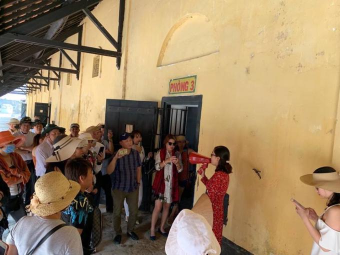 Khách tham quan trại giam Phú Hải