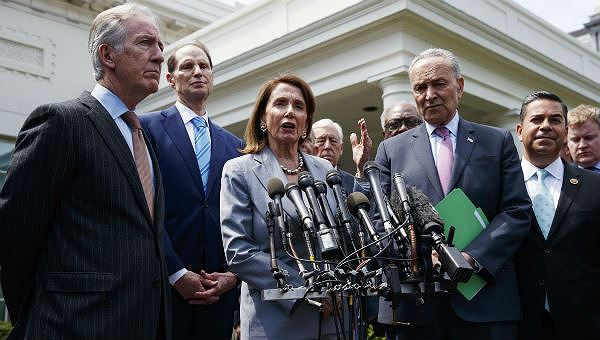 Các lãnh đạo Dân chủ ở Quốc hội họp báo trước Nhà Trắng để thông báo về gói đầu tư cơ sở hạ tầng
