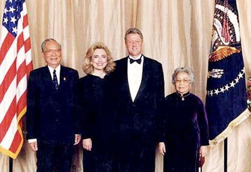 Tổng thống Mỹ Bill Clinton và phu nhân đón tiếp Chủ tịch nước Việt Nam Lê Đức Anh và phu nhân tại Mỹ năm 1995. (Ảnh tư liệu)