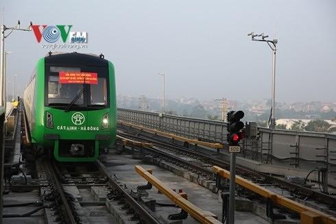 Dự kiến vận hành chính thức sau 6 tháng chạy thử, tuy nhiên đường sắt Cát Linh - Hà Đông tiếp tục lỗi hẹn.