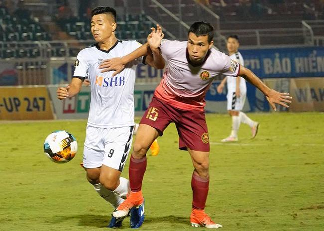 Đức Chinh (áo trắng) đang chơi mờ nhạt ở V-League
