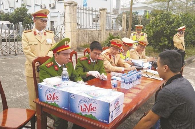 Lực lượng công an kiểm tra lái xe sử dụng ma tuý.