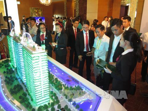 Khách hàng tham quan mô hình một dự án bất động sản tại TP Hồ Chí Minh. Ảnh minh họa: Hoàng Hải/TTXVN