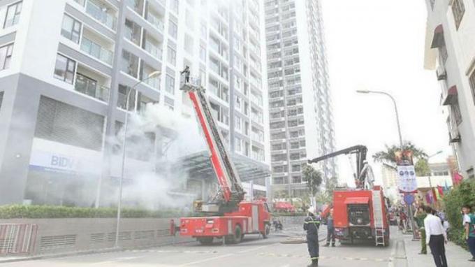 Diễn tập phòng cháy chữa cháy ở nhà chung cư cao tầng. Ảnh ANTĐ