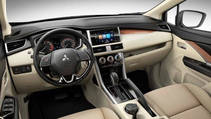 Nội thất Mitsubishi Xpander còn được bố trí nhiều ngăn đựng đồ tiện dụng.