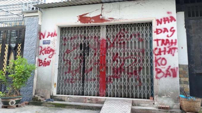 Một ngôi nhà bị tạt sơn.