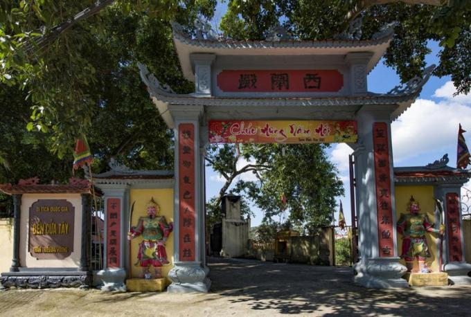 Di tích đền Cửa Tây.