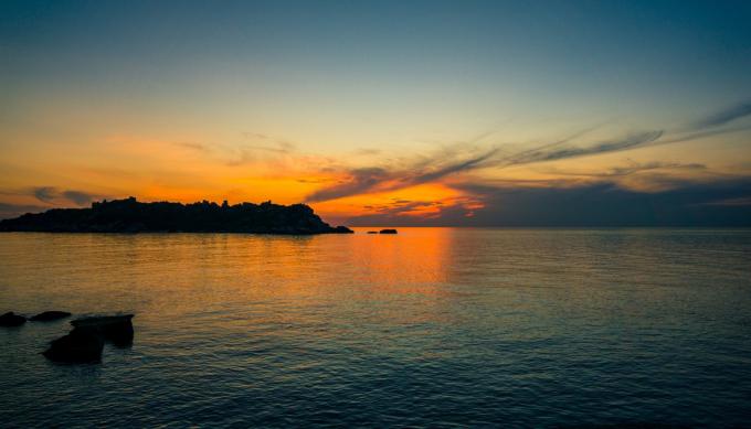 Khung cảnh bình minh trên biển, nhìn mặt trời dần xuất hiện từ Cực Đông luôn đẹp huy hoàng, tráng lệ