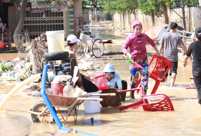 Sau lũ, đời sống người dân lâm vào cảnh khó khăn, túng quẫn đói nghèo, nguy cơ dịch bệnh.