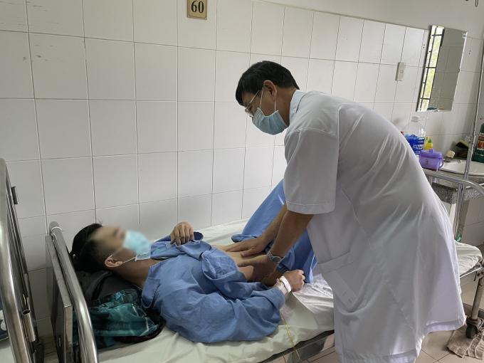 Bệnh nhân N đang được bác sĩ kiểm tra sức khỏe sau phẫu thuật.