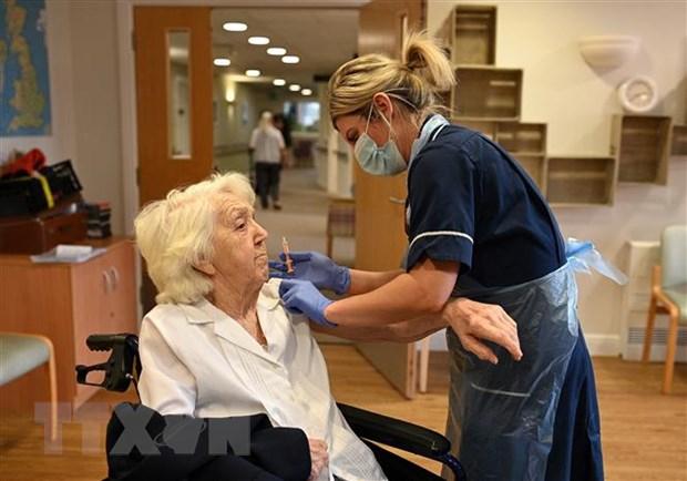 Một cụ bà được tiêm vắcxin ngừa COVID-19 của Oxford-AstraZeneca. (Nguồn: AFP/TTXVN)