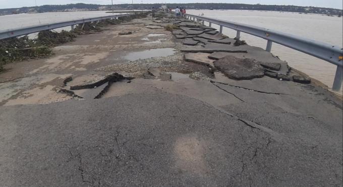 Đường bị hủy hoại khiến người dân và các phương tiện lưu thông đi lại gặp rất nhiều khó khăn.