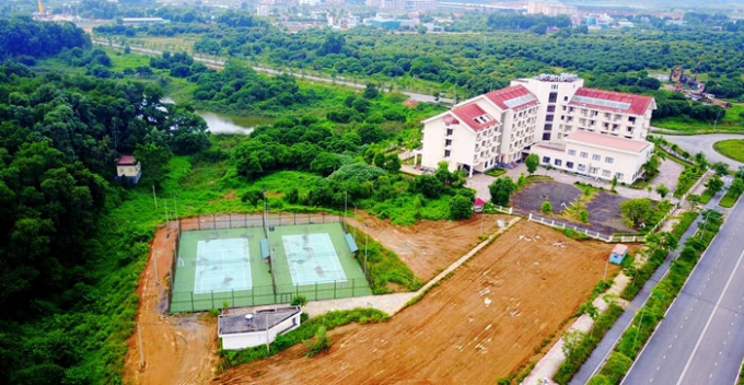 Sân chơi thể thao trong khuôn viên trường xuống cấp khá nhanh khi đi vào hoạt động.