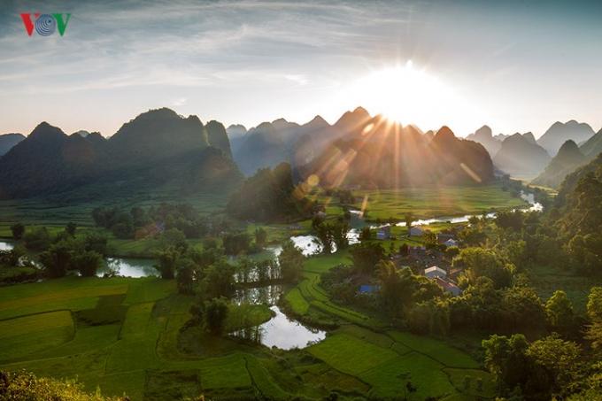 ...khi mặt trời rót những tia nắng vàng như mật xuống thung lũng Phong Nậm.