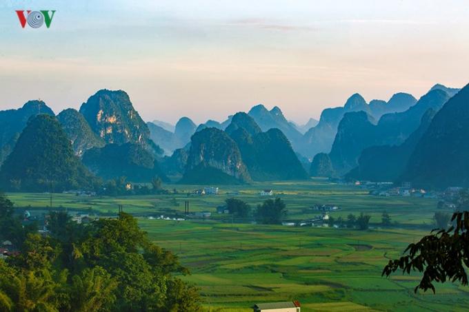 Ngọc Côn là một xã thuộc huyện Trùng Khánh, tỉnh Cao Bằng. Trên địa bàn xã Ngọc Côn có núi Lũng An, núi Lũng Khuốt, núi Lũng Qua, núi Lũng Thoang, núi Pò Dao, núi Tôm Đeng.